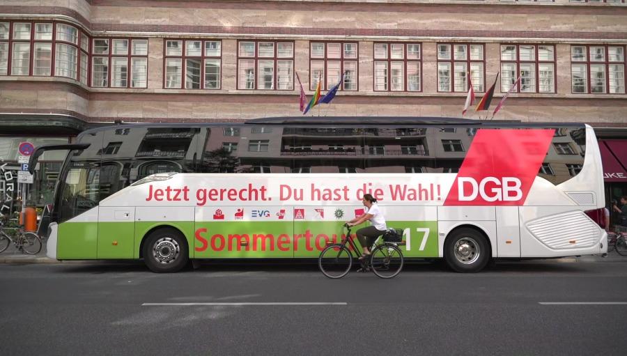 """""""Rentenfloß"""" - Aktion der DGB-Rentenkampagne """"Rente muss für Urlaub reichen"""", 18.07.2017, Berlin"""