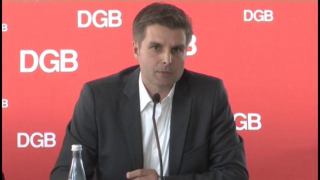 DGB-Bundesjugendsekretär René Rudolf stellt die neue DGB-Stuide zu Praktika vor