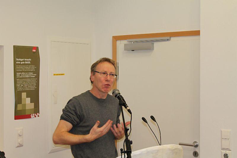 BASIS ist da – Stuttgart hat ein Zentrum für soziale Gerechtigkeit. Jörg Munder eröffnete die begleitende Ausstellung mit Fotografien aus Chicago aus den Jahren 1925 und 2012 und las einen dazu gehörigen Auswandererbrief von 1923 vor